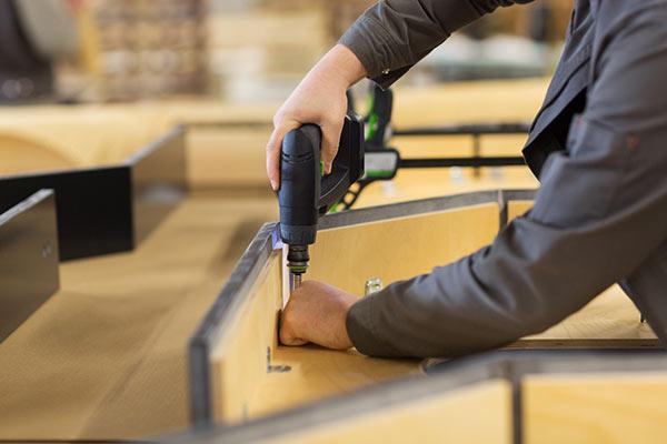 Arbeiten Ladenbau Innenausbau durch Mitarbeiter